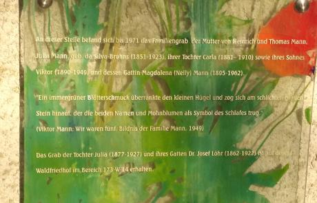 Waldfriedhof München. Gedenktafel (Gestaltung: Joachim Jung) des TMFM (2003) für das einstige Grab der Familie Mann. Detailaufnahme. Foto: Dirk Heißerer